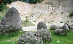 Atractie Turistica - Muzeul Trovantilor - Costesti - Centru Turistic