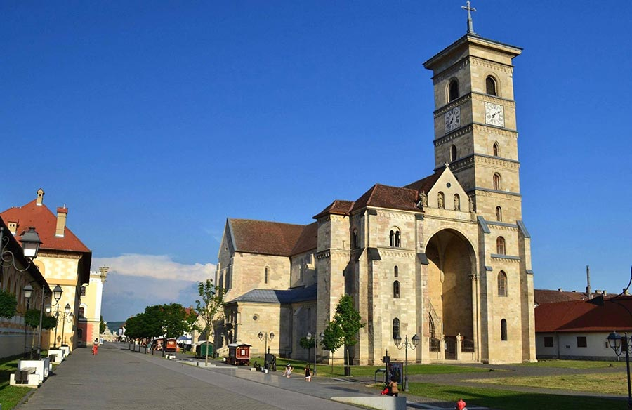 Atractie Turistica - Catedrala romano-catolica Sfantul Mihail - Alba Iulia - Centru Turistic