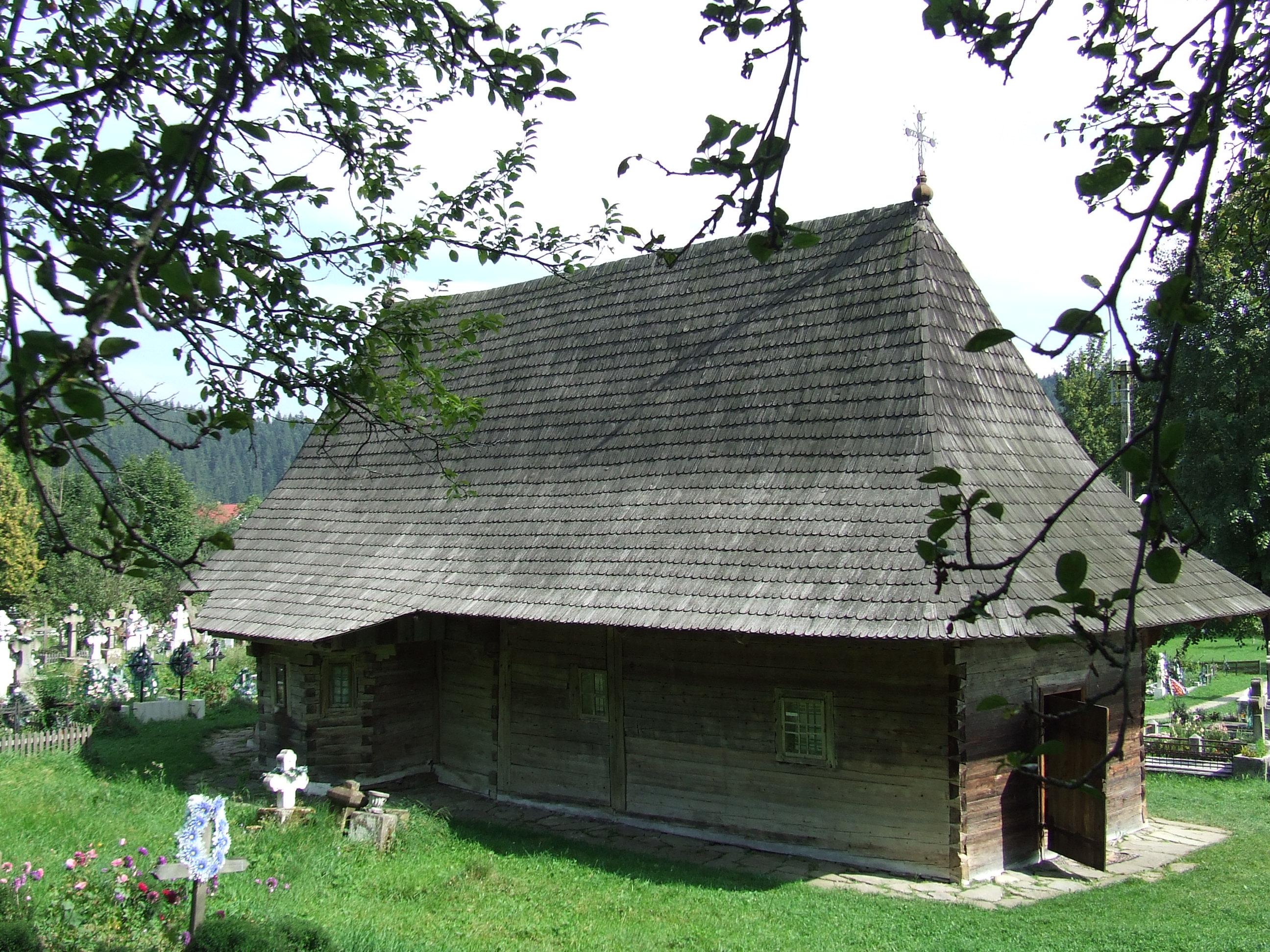 Atractie Turistica - Biserica de lemn a lui Dragos Voda - Putna - Centru Turistic